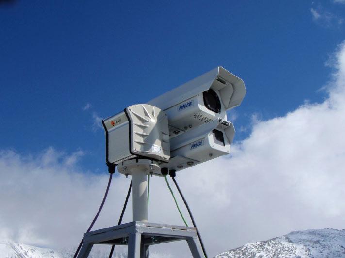 DIe Wärmebildkameras befinden sich in einem Wetterschutzgehäuse und sind mit einer visuellen Kamera verbunden.