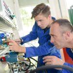Du hast Interesse an den Ausbildungsberufen Elektroniker, Mechatroniker oder Büromanagement? Dann bewirb dich bei uns! (Foto: Shutterstock.de/Phovoir)