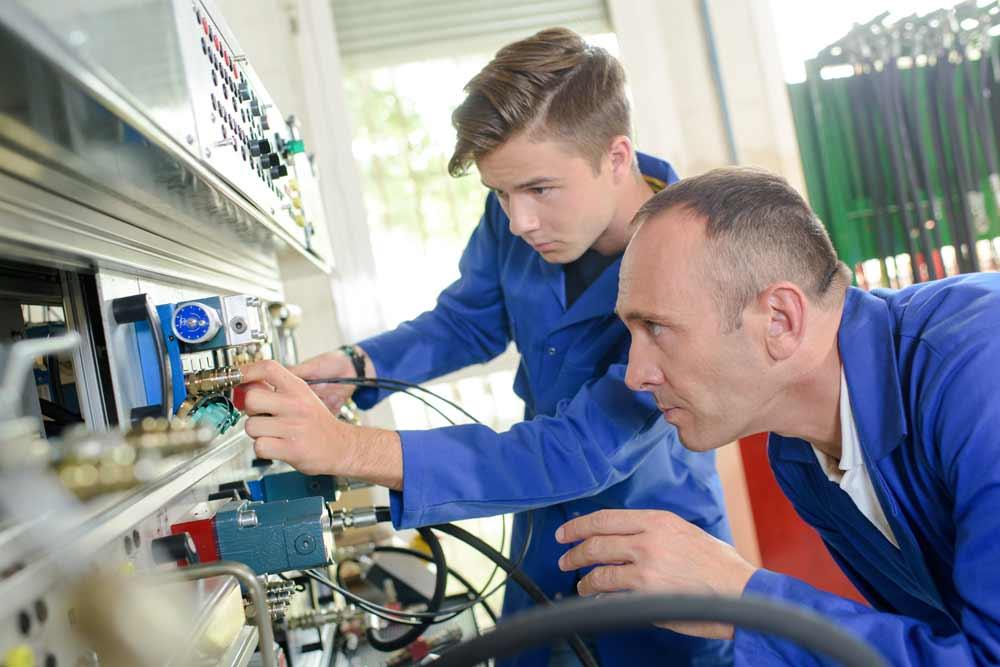 Du hast Interesse an den Ausbildungsberufen Elektroniker oder Büromanagement? Dann bewirb dich bei uns! (Foto: Shutterstock.de/Phovoir)