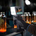 Tragbare Pyrometer PYROSPOT Serie 80 portable zur kurzwelligen berührungslosen Temperaturmessung von 200 °C bis 2500 °C mit TFT-Farbmonitor und optionalem Laserpilotlicht sowie Standard-Variooptik und Nahbereich-Wechseloptik