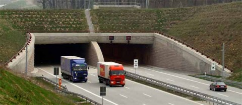 Trucks can be a risk for persons and the environment if they catch fire in road tunnels.